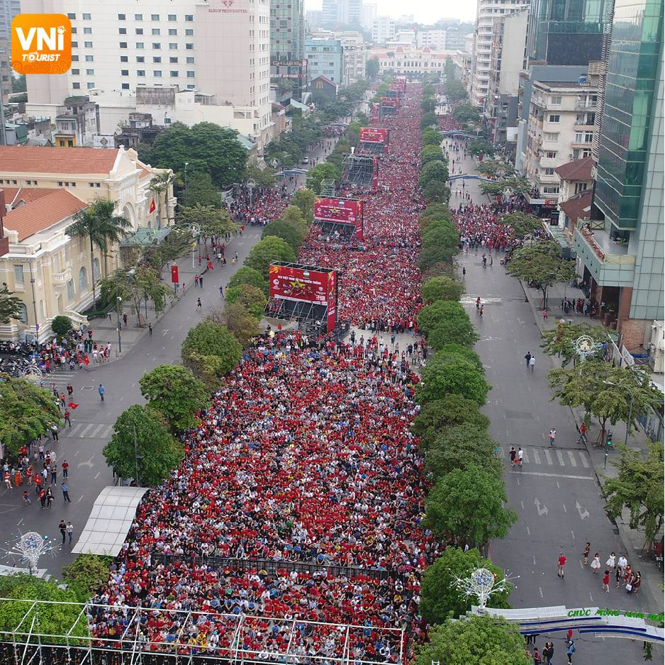 HOT-EVENT-IN-VIETNAM-ON-THIS-SEPTEMBER-5,-THERE-WILL-BE-GIANT-SCREENS-SHOWING-THE-VIETNAM-THAILAND-FOOTBALL-GAME-ON-NGUYEN-HUE-STREET-0-03-03