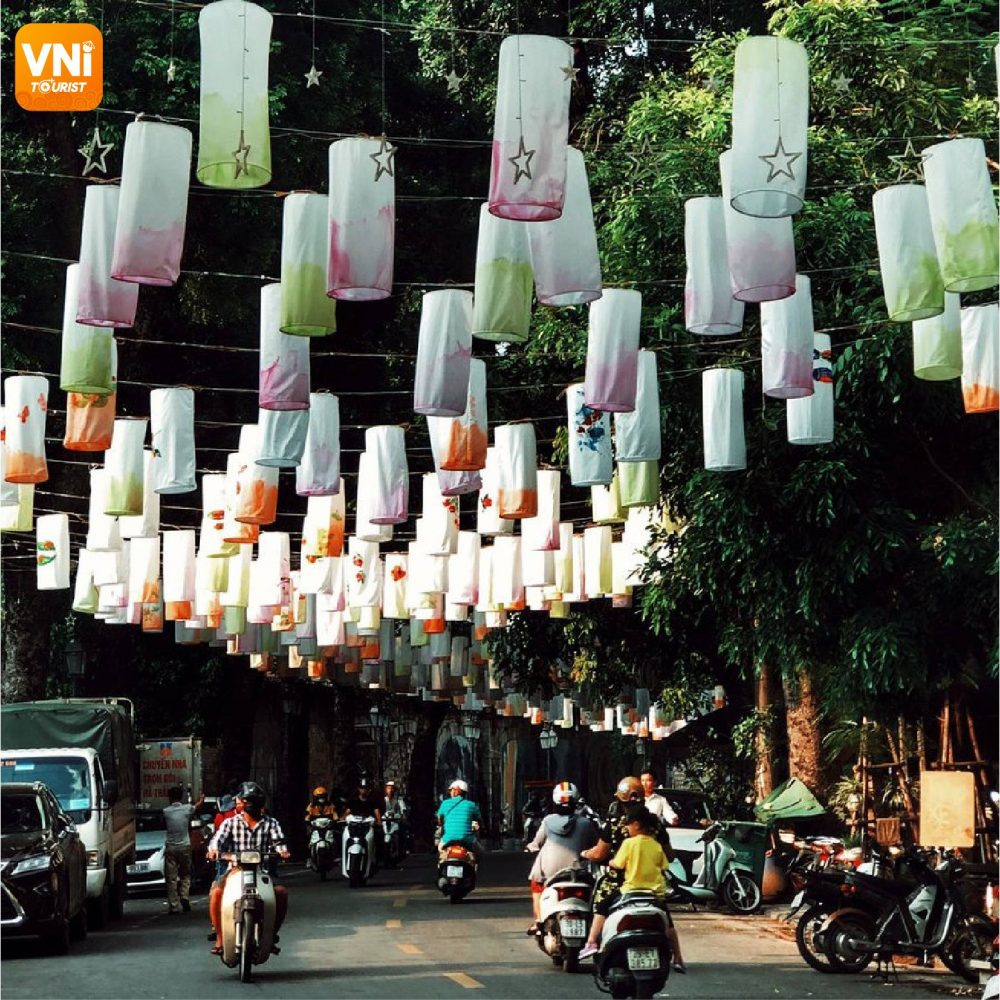 THE DAZZLING PHUNG HUNG MURAL STREET WITH MID-AUTUMN LANTERNS