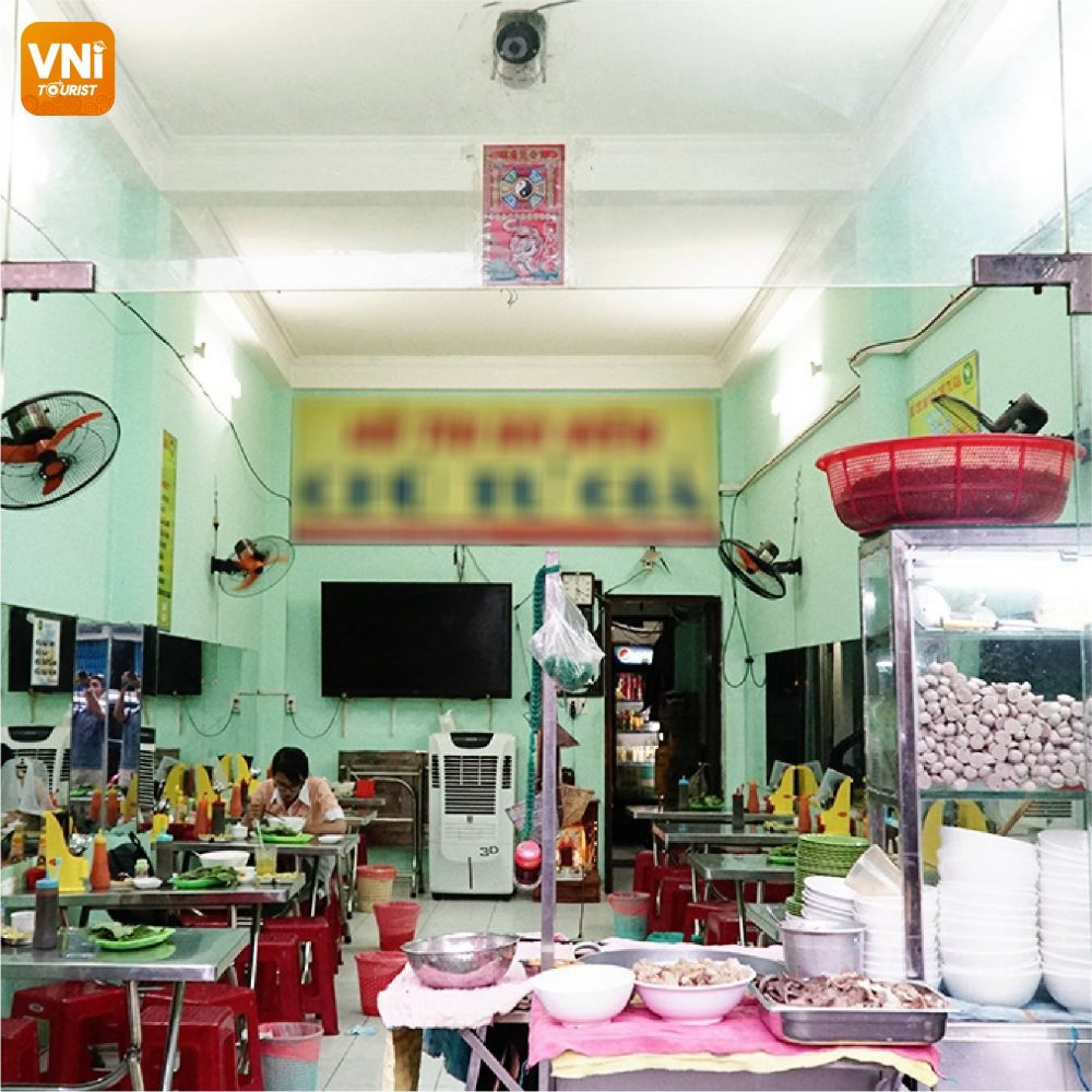 The-noodle-shop-in-Saigon-is-famous-0