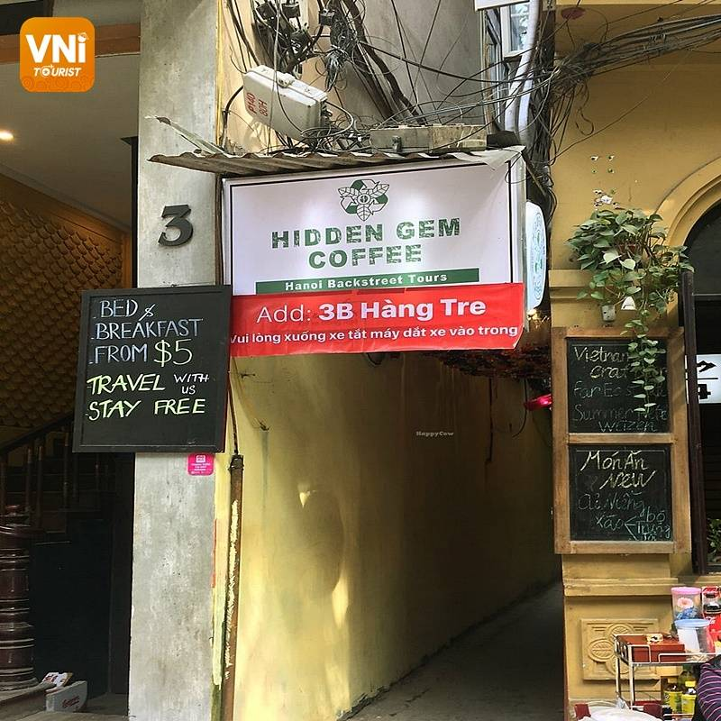THE HANOI CAFÉ DECORATES WITH RECYCLED ITEMS