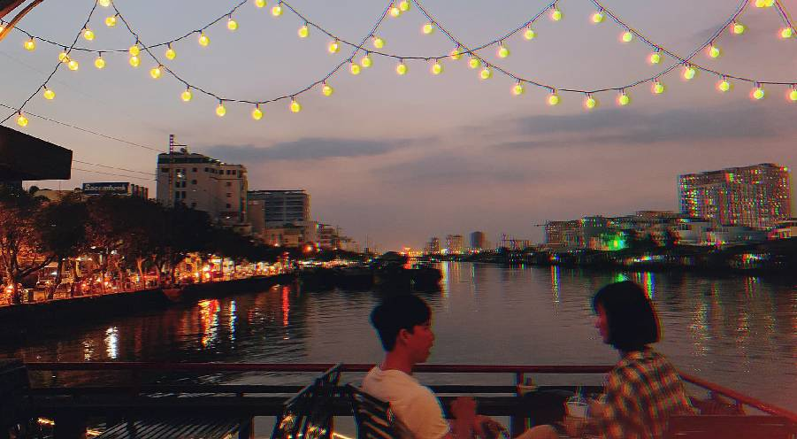 The floating Saigon cafe away from stuffy city space
